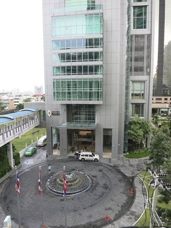 Eastin Grand Hotel Sathorn: Front of Hotel from BTS Skytrain