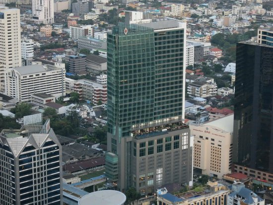 Eastin Grand Hotel Sathorn: View of Hotel from Sky Bar