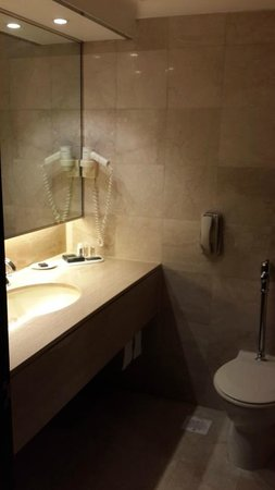 Concorde Hotel Singapore : Spacious bathroom