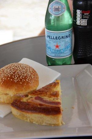 Museo de la Armada: Lunch in het museumrestaurant: quiche en brioche.