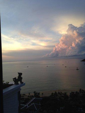 InterContinental Danang Sun Peninsula Resort : Sunset from the reception area