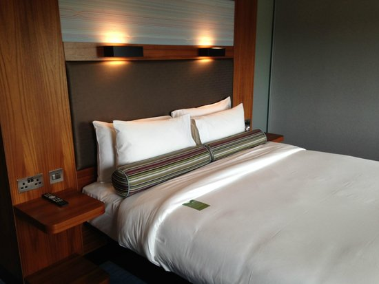 Aloft London Excel : another view of bed