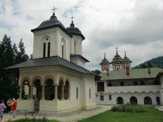 Sinaia Monastery: Un oasis de paz y fervor