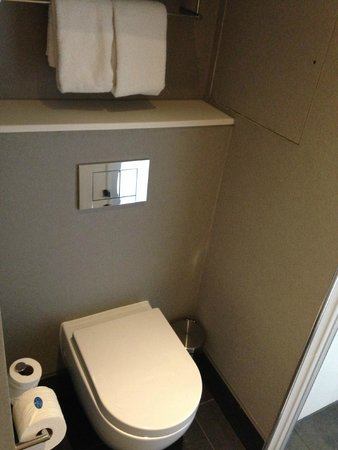 Aloft London Excel: toilet