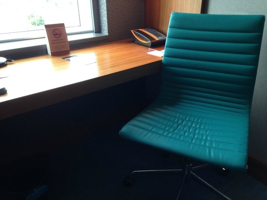 Aloft London Excel : desk area with cool chair