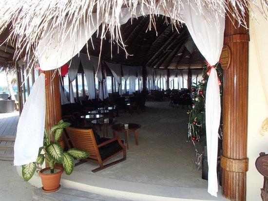 Komandoo Maldives Island Resort: Blick in die Bar