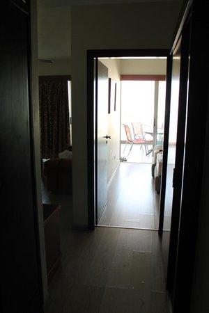 Eleonora Hotel Apartments: Vue de l'entrée à travers la chambre jusqu'au balcon
