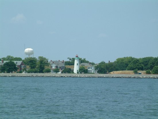 Miss Hampton II Cruises : A lighthouse on the way