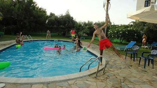 Ibiscus Hotel: pool after illoution!