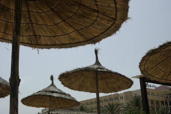 Hotel Diar Lemdina : Parasols op het strand
