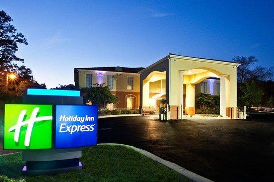 Holiday Inn Express Niceville - Eglin AFB: Night view of Holiday Inn Express Niceville-Eglin AFB