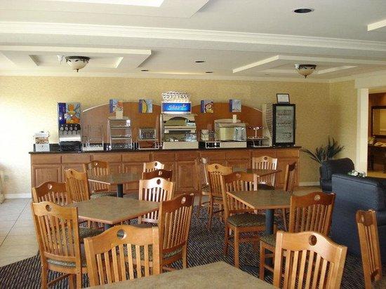 Holiday Inn Express Yakima: Breakfast Bar