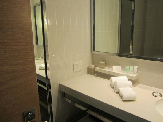 Crown Promenade Melbourne: Well appointed Bathroom