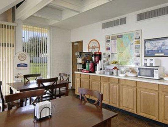 Howard Johnson Inn - Vero Beach / Downtown : Breakfast Area