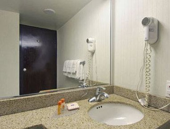 Howard Johnson Bartonsville/Poconos Area : Bathroom