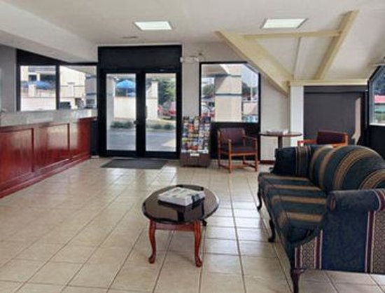 Howard Johnson Inn - Warrenton: Lobby