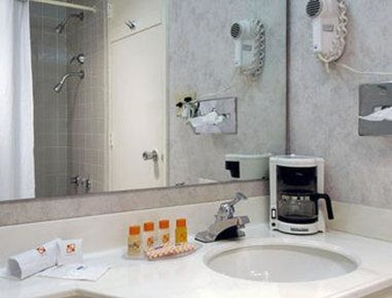 Howard Johnson Inn - Warrenton: Bathroom
