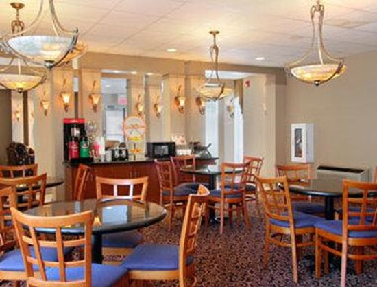 Howard Johnson Inn - Newburgh : Breakfast Area