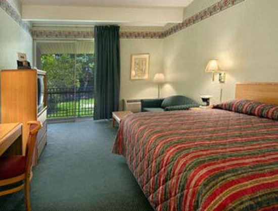 Howard Johnson Inn - Newburgh : Standard King Bed Room