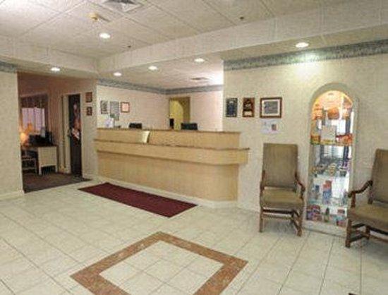 Howard Johnson Express Inn - Amherst Hadley: Front Desk