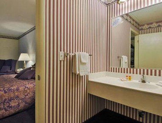 Howard Johnson Hotel Middletown: Bathroom