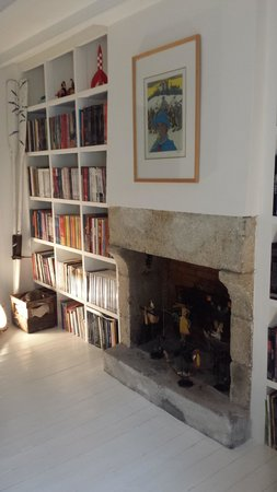 Plume au Vent : bedroom fireplace