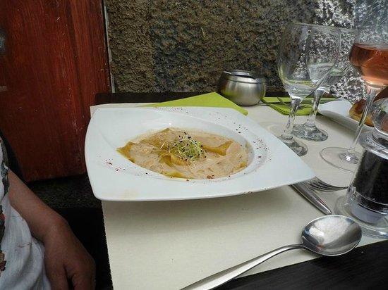 Le Caruso : ravioli a roquefort con sugo noi, pinoli e germogli soia