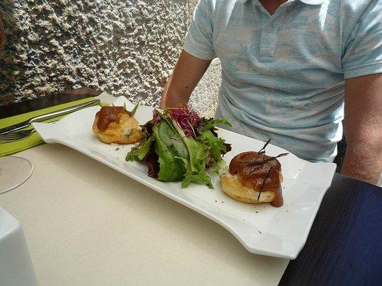 Le Caruso : insalata e profitterol con formaggio capra e crema caramello al miele
