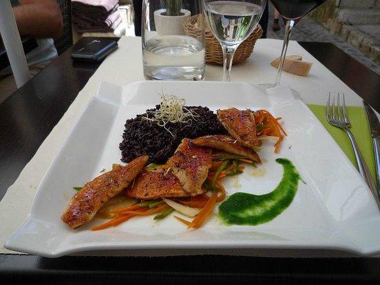 Le Caruso : filetti di triglia con riso venere e legumi