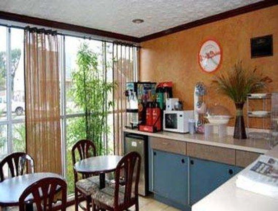 Howard Johnson Inn - Historic Lake Charles: Breakfast Area