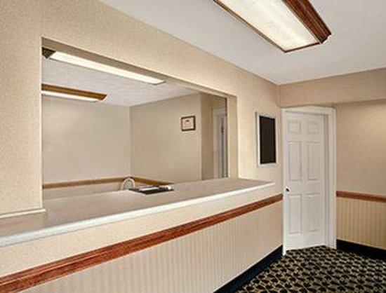 Howard Johnson Express Inn - Sandusky Amusement Park: Lobby