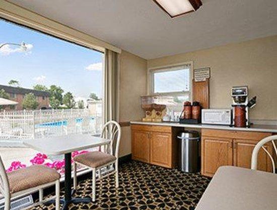Howard Johnson Express Inn - Sandusky Amusement Park: Breakfast Area