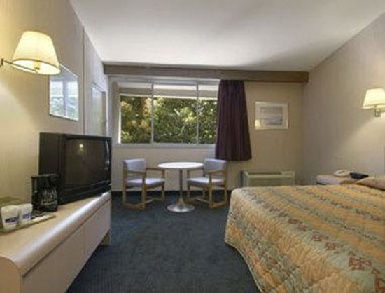 Knights Inn Liberty: Standard One King Guest Room