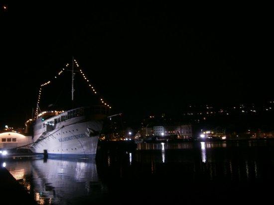 Malardrottningen Yacht Hotel and Restaurant : Unser Hotelschiff am Abend