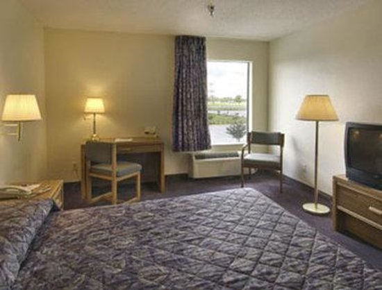 Howard Johnson Express Inn Iowa la: Standard King Bed Room