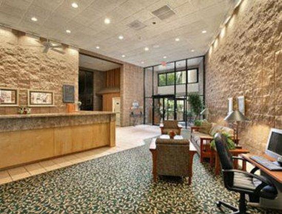 Howard Johnson Inn and Suites Springfield: Lobby