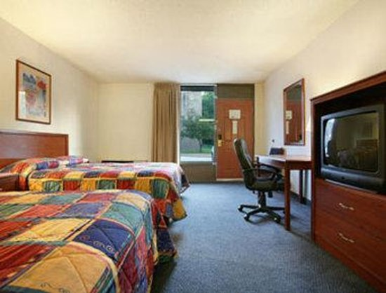 Howard Johnson Inn and Suites Springfield: Standard Two Queen Bed Room