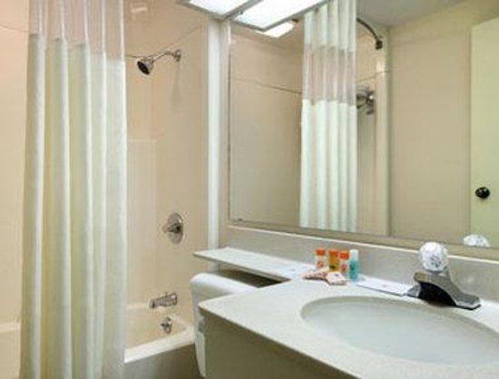 Howard Johnson Inn and Suites Springfield: Bathroom