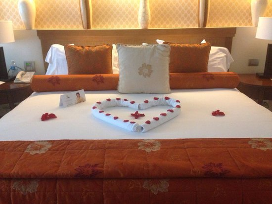 Iberostar Grand Hotel Paraiso: Came back to this one night and a hot bath drawn with Rose petals