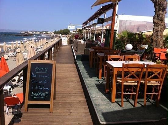 Hotel Marika: strandgången med ingågn till waves o marikas