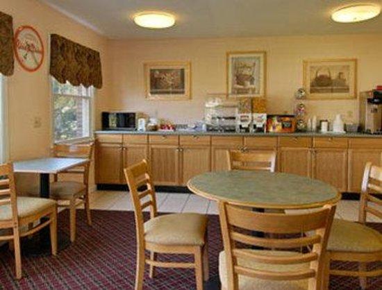 Howard Johnson Williamstown: Breakfast Area