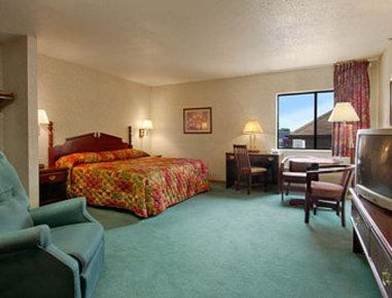 Howard Johnson Inn Manteno: One King Bed Room with Kitchenette