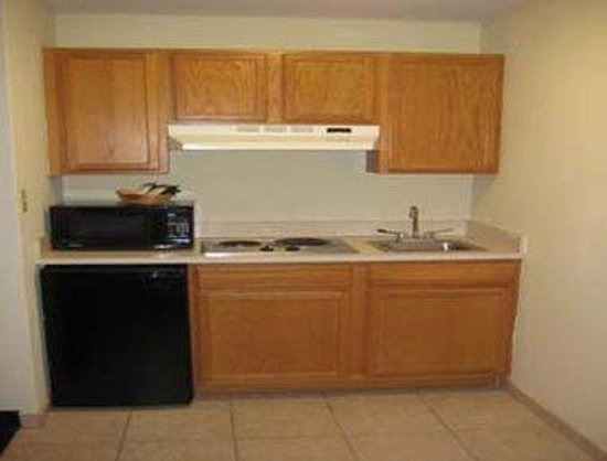 Howard Johnson Express Inn & Suites South Tampa Airport: Suite - Kitchenette