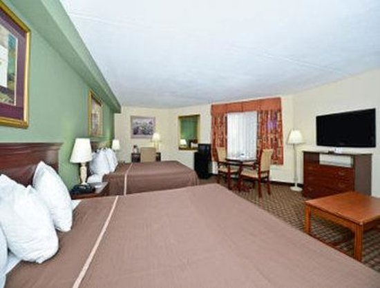 Howard Johnson Hotel - Newark Airport: 2 King Bed Suite with Sofa