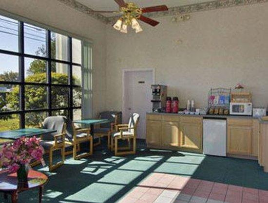 Howard Johnson Inn - Panama City: Breakfast Area