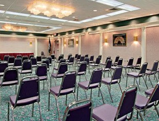 Howard Johnson Inn And Conference Center Salem: Banquet Room