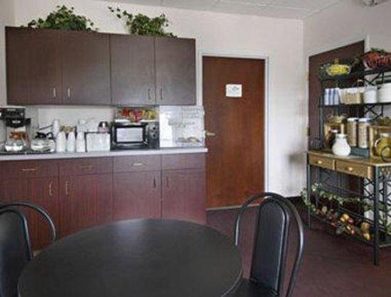 Howard Johnson Express Inn/Airport: Breakfast Area