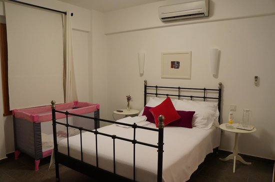Aika Hotel Bozcaada: Our downstairs room
