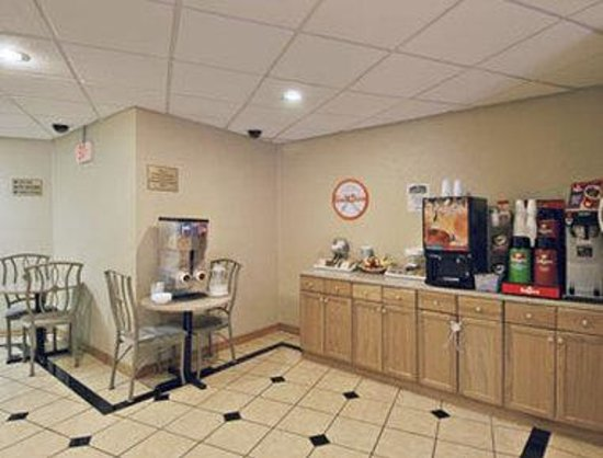 Howard Johnson Express Inn Bronx: Breakfast Area