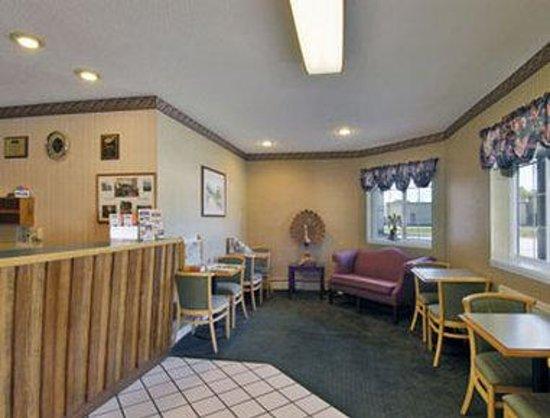 Howard Johnson Express Inn - Lenox: Lobby
